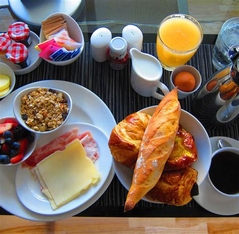 pluendern  morgen  fruehstuecksbuffet werden hotelgaeste