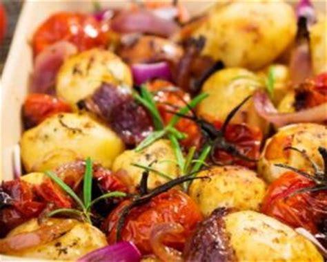 cuisiner le maigre au four recette de pommes de terre et tomates cerises rôties au four