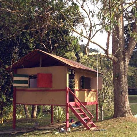 Rodrigo Hilbert constrói casa de madeira para diversão dos