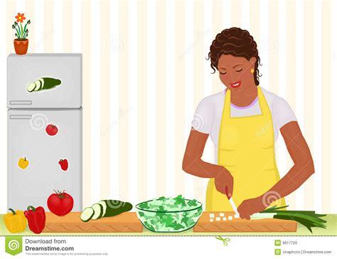 xl cuisine femme africaine faisant cuire la salade dans la cuisine