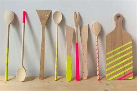 ustensiles de cuisine en bois les ustensiles de cuisine à posséder absolument les
