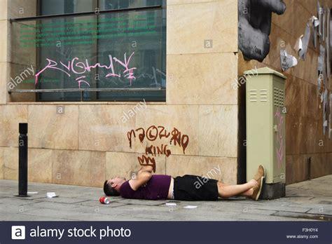 Betrunkener Mann Schlafen Auf Dem Bürgersteig In Barcelona