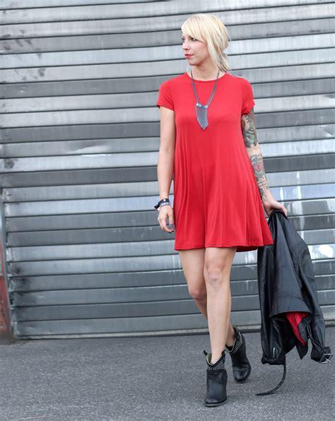 kleid mit stiefeletten rotes kleid lederjacke stiefeletten ootd 6i2 lavie deboite