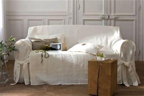recouvrir un canapé en cuir mettre en valeur mon vieux canapé avec des plaids