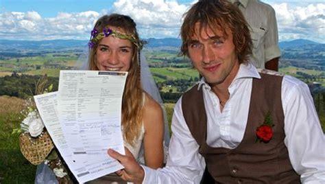 zeilmeisje laura  trouwt met  jarige duitser