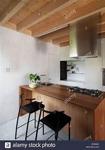 Holzbalken In Decke Finden : wood steel beams stockfotos wood steel beams bilder alamy ~ Bigdaddyawards.com Haus und Dekorationen