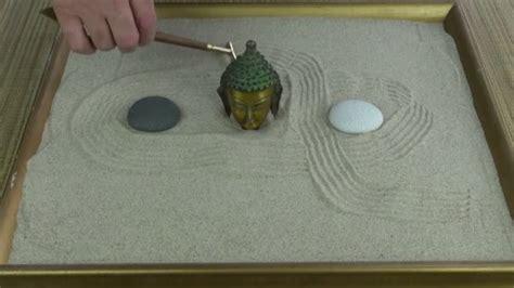 piccolo giardino zen uomo fa il piccolo giardino zen in sabbia con mini