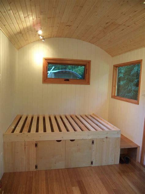 schlafzimmer bett selber bauen bett mit stufe und stauraum zirkuswagen bauwagen
