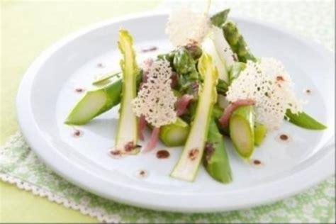 cuisiner des asperges fraiches recette en vidéo asperges crues et cuites jambon fumé