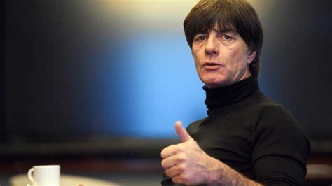 Weitere ideen zu joachim löw, fussball, jürgen klinsmann. Jogi Löw verlängert seinen Vertrag als Nationaltrainer bis ...
