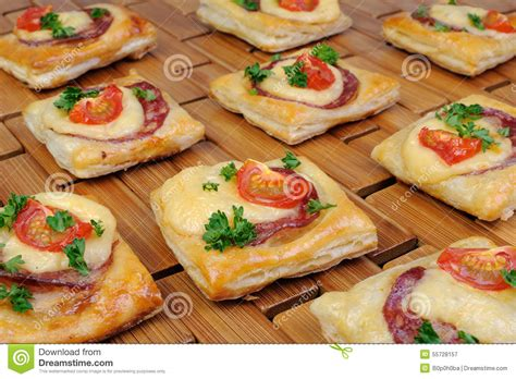 apero avec pate feuillete ap 233 ritif de la p 226 te feuillet 233 e avec le salami photo stock image 55728157