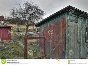 vieille cabane dans le jardin photos libres de droits With cabane dans le jardin