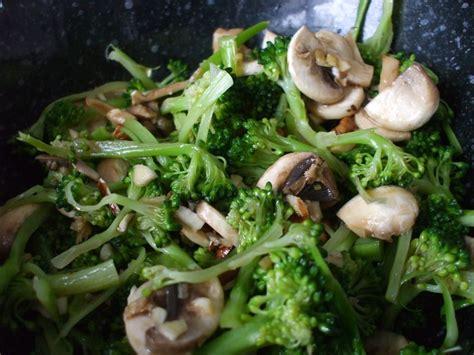 comment cuisiner le brocoli salade de brocoli et chignons la végétarienne