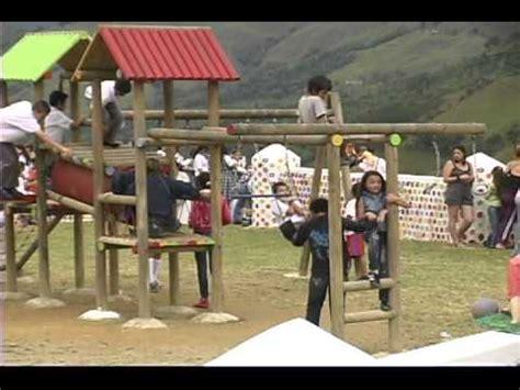 parque con material de reciclaje construyen parque p 225 cora construcci 243 n parque con material reciclado youtube