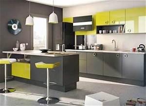 cuisine grise avec tabourets bar et meuble vert anis lapeyre With idee deco cuisine avec cuisine verte et grise