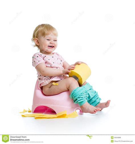 pot de chambre bebe bébé de sourire s 39 asseyant sur le pot de chambre photos