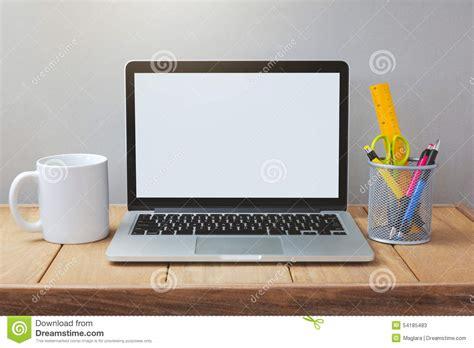 bureau laptop laptop met witte het schermspot op malplaatje bureau met