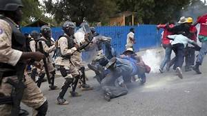 Haiti crisis: Anti-Martelly protest turns violent - BBC News