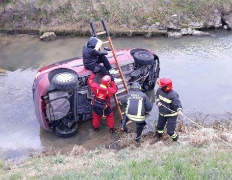 3 si es auto l arri e si rovescia nel canale di scolo con l 39 auto salvata da un