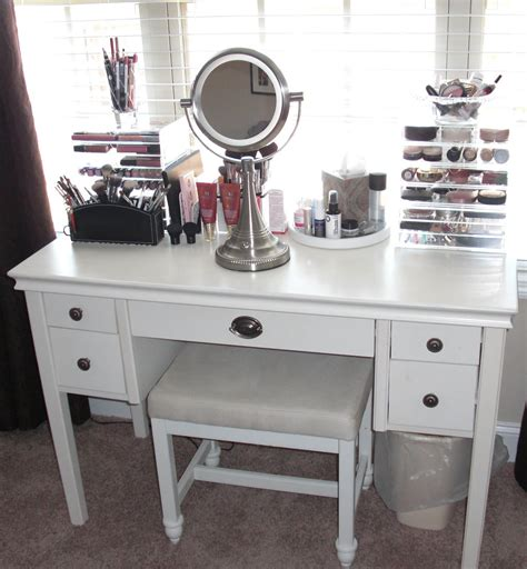 Bedroom Luxurious White Makeup Vanity With Drawers For