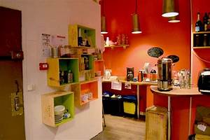 la cuisine the kitchen rangements faits de caisse de vin With kitchen cabinets lowes with papier peint bibliotheque