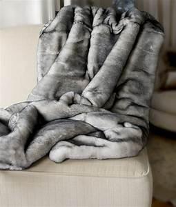 Plaid Fausse Fourrure Gris : le meilleur plaid en fourrure en 40 photos inspirantes ~ Teatrodelosmanantiales.com Idées de Décoration