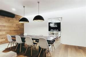 canape chesterfield et deco bois dans un appartement With salle À manger contemporaine avec cuisine aménagée en bois