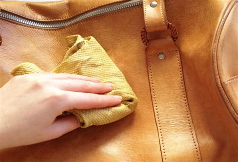 comment nettoyer un canapé en cuir clair comment nettoyer un sac en cuir dwého