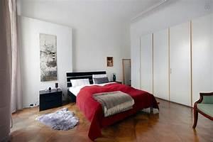 Großer Kleiderschrank Schlafzimmer : ger umiges schlafzimmer heller gro er kleiderschrank dunkles bett brauner parkett zimmer in ~ Markanthonyermac.com Haus und Dekorationen