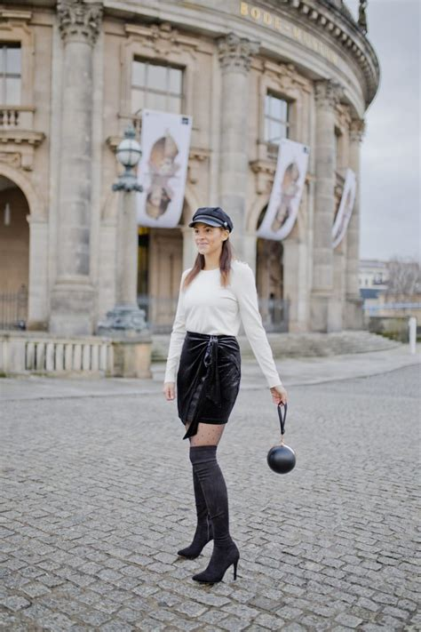 Inspiration - Christmas outfit - Velvet skirt and overknees - Les Berlinettes