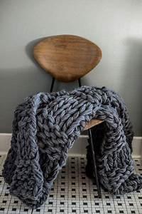 Couverture Grosse Maille : chunky blanket ou couverture de grosse maille cosy anthracite couvertures grosse maille ~ Teatrodelosmanantiales.com Idées de Décoration
