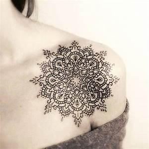 Tatouage Femme Epaule Discret : tatouage de femme tatouage mandala noir et gris sur paule ~ Melissatoandfro.com Idées de Décoration