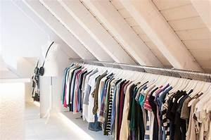 Kleiderstange Für Dachschräge : unser begehbarer kleiderschrank in der dachschr ge mit langer kleiderstange style ~ Frokenaadalensverden.com Haus und Dekorationen