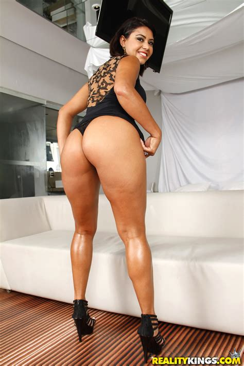 Exotic Babe Is Showing Her Nice Ass Photos Sara Rosar