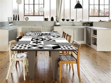 revetement table cuisine le carrelage adhésif carreaux de ciment un relooking