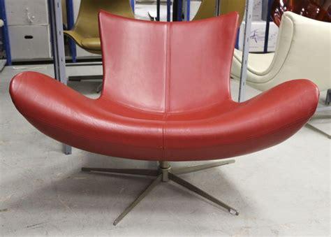 lot 24 2 unites fauteuils modele imola garni de cuir rouge
