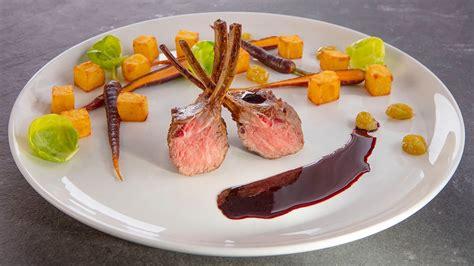 Jēra ribiņas, pasniegtas ar sarkanvīna krēmu un vīnogām - Recepte | Unilever Food Solutions