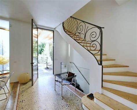 Decoration De Couloir Avec Escalier Couloir Lumineux Avec Escalier Menant 224 L 233 Tage Buildings