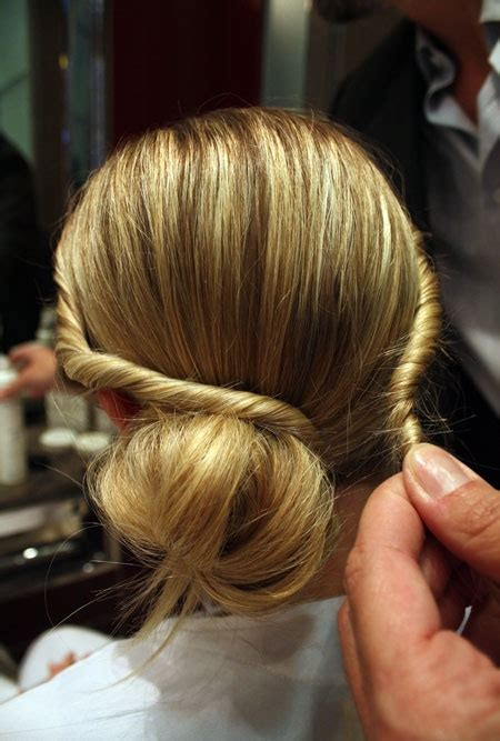 Easy To Do Hairstyles by Easy Hairstyles To Do At Home