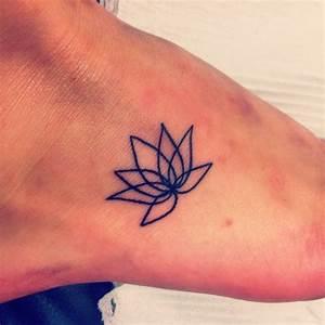Tattoo Auf Dem Fuß : einfaches tattoo von kleinem nichtausgemaltem lotos auf dem fuss ~ Frokenaadalensverden.com Haus und Dekorationen
