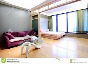 Bett Im Wohnzimmer : wohnungs wohnzimmer und bett raum stockfoto bild 21913530 ~ Markanthonyermac.com Haus und Dekorationen
