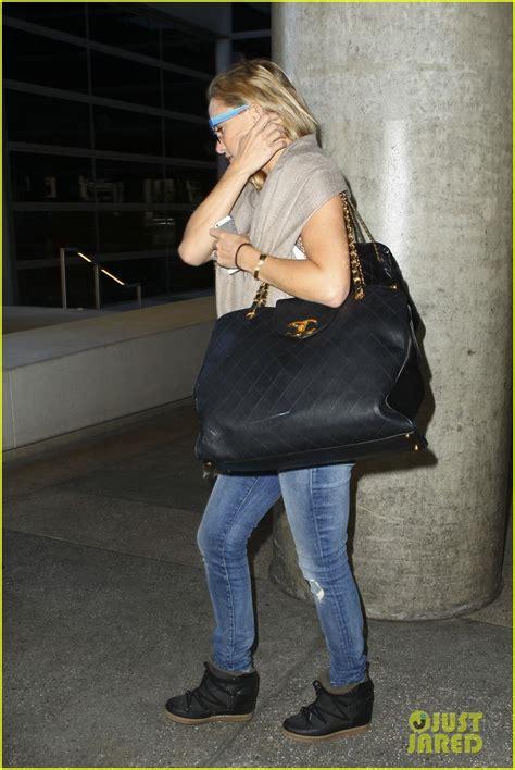kate hudson flashes bra   airport photo