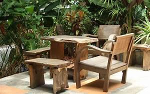 Stühle Aus Holz : holztisch und st hle im ppigen garten gartenm bel aus holz aequivalere ~ Frokenaadalensverden.com Haus und Dekorationen