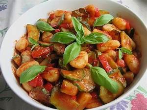 Salat Mit Zucchini : gnocchi salat mit zucchini und paprika rezept mit bild ~ Lizthompson.info Haus und Dekorationen