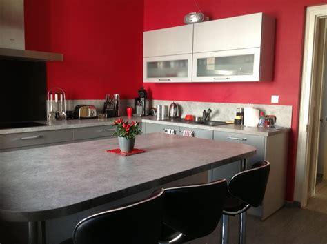 cuisine couleur framboise décorer les murs de ma cuisine grise et