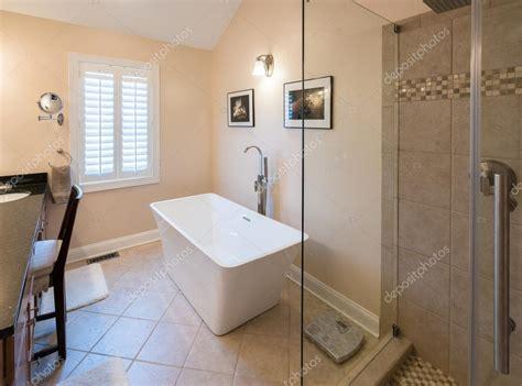 bagno con doccia e vasca bagno moderno con doccia e vasca freestanding foto stock