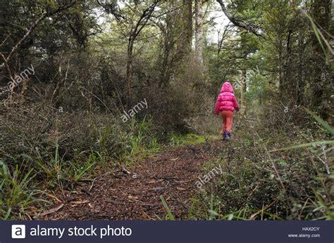 Tür Geht Alleine Auf by Kleine M 228 Dchen Geht Auf Einen Pfad In Einem Regenwald