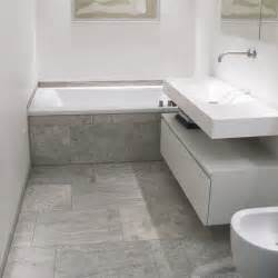 badezimmer mit naturstein sockelleiste travertin caballo grau silver naturstein baumaterial