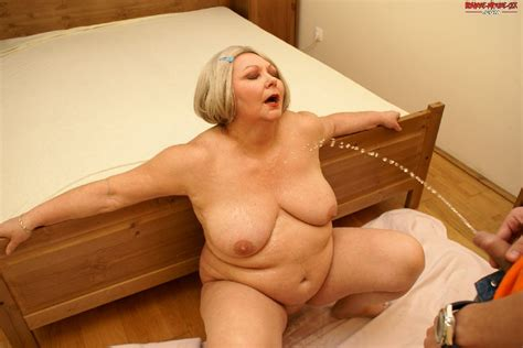 This Big Matue Slut Loves A Kinky Sexparty With A Younger