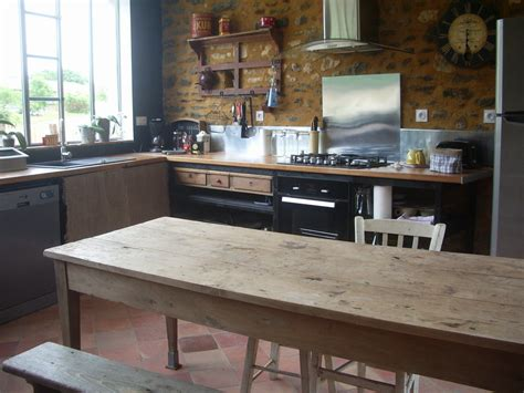 la grande table en bois photo de la cuisine gîte quot l 39 atelier cow quot